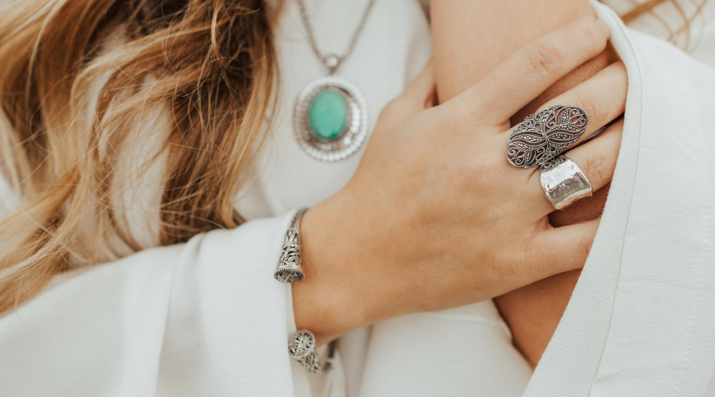 Can you wear gold and silver jewelry together?