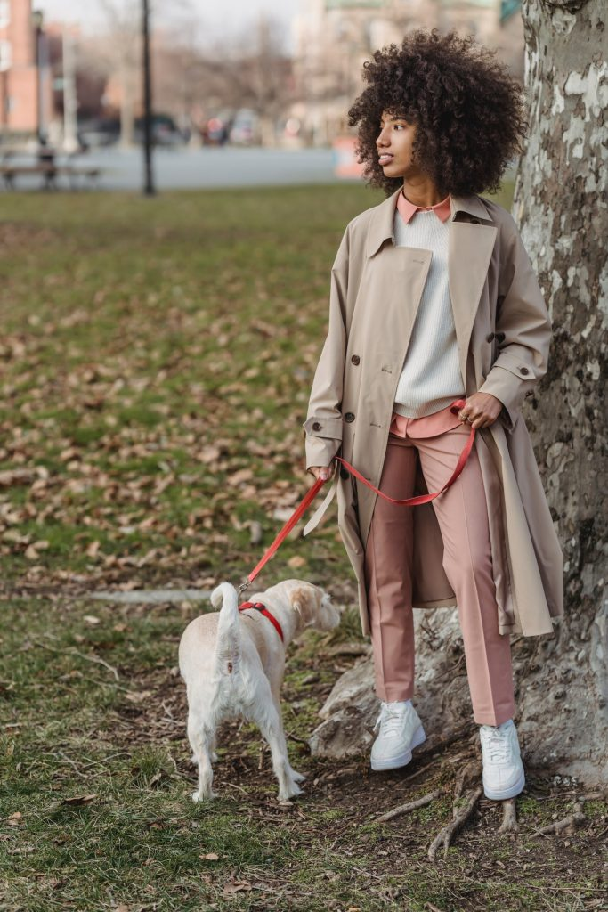 girl dressed in autumn fashion trends